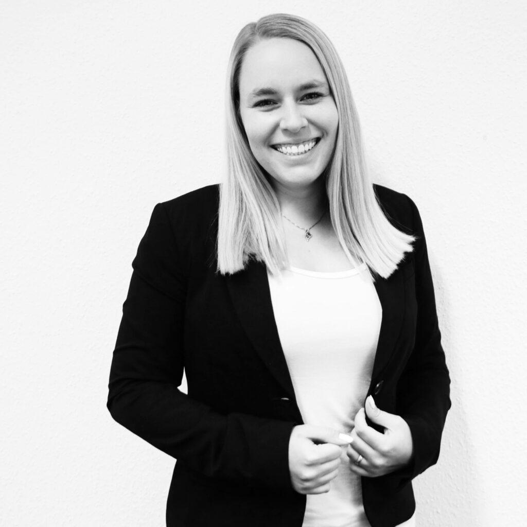 Schwarz Weißes Portraitfoto von Christina Hölscher