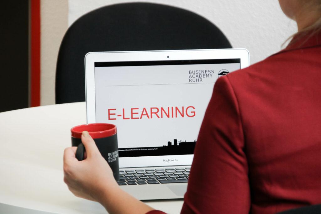 Frau lernt mit unserer eLearning Lernplattform