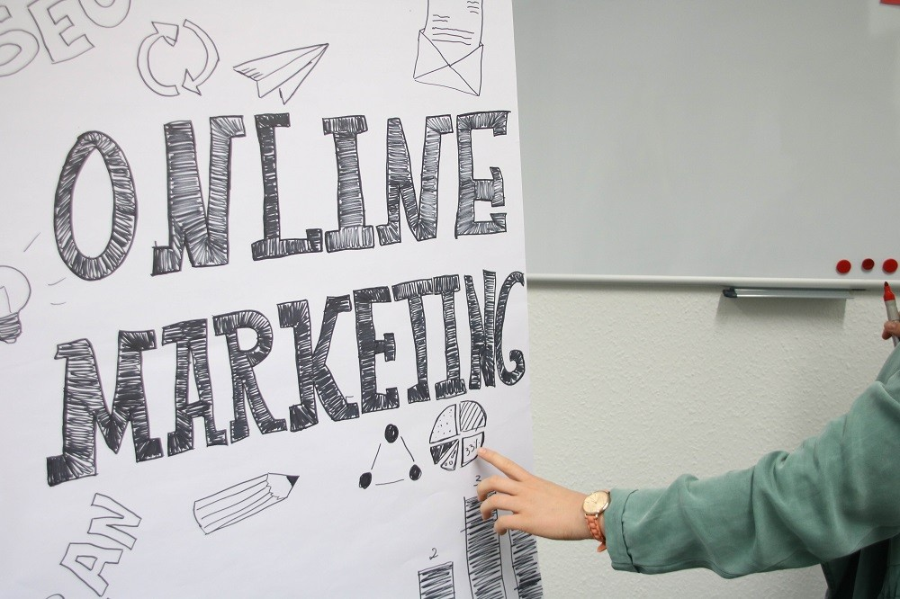 """Frau steht vor einer Flipchart mit der Aufschrift """"Online Marketing"""""""