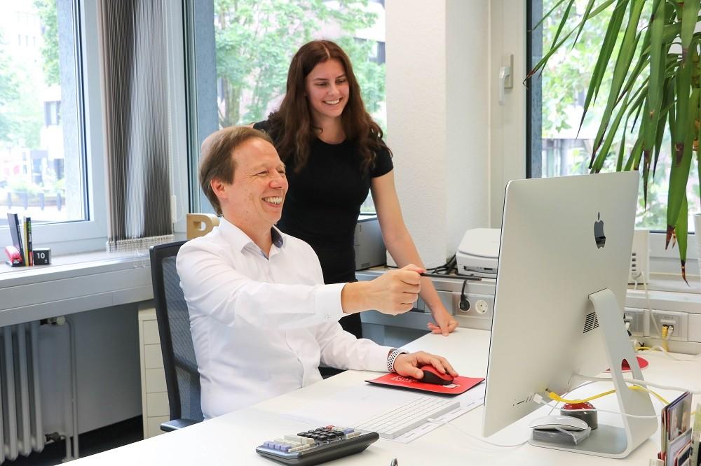 Holger Rohde arbeitet eine Mitarbeiterin ein