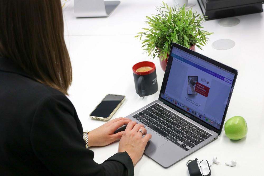 Melanie Schymanietz vor einem Laptop