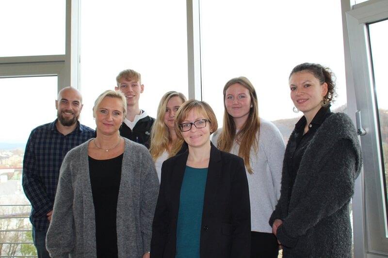 Die Weiterbildung des Online Marketing Manager (IHK) in Siegen ist durch und die Teilnehmer sind froh, ihren Abschluss zu haben.