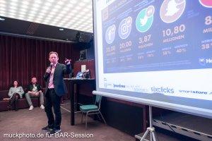 Holger Rhode stellt die Zahlen der verschiedenen Social Media Plattformen vor.