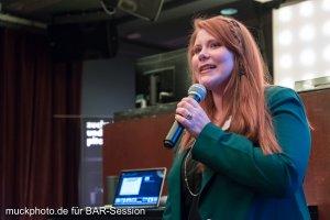 """Speakerin Nora Breuker auf der Bühne beim Vortrag zum Thema """"Macht der Communities"""""""