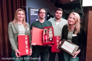 Bei der Verlosung haben drei Gäste eine kleine Danjeschön-Box mit Wein und Likör gewonnen.