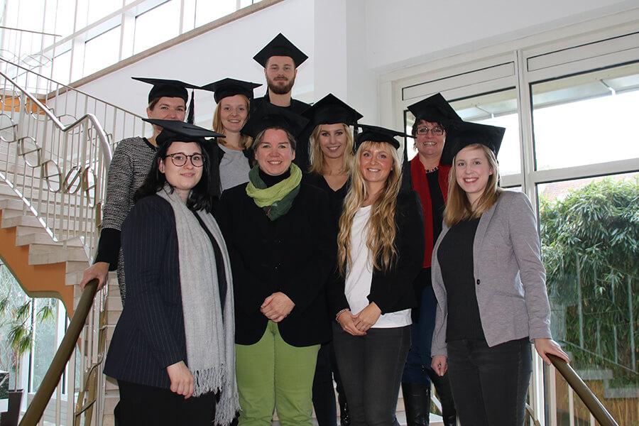 Die Absolventen des Social Media Manager Kurses in Bochum freuen sich über ihren bestandenen Abschluss.