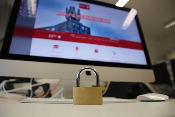 Symbolbild IT-Sicherheit: Schloss vor Computer
