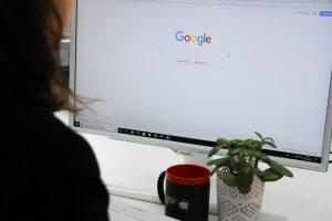 Eine Teilnehmerin sitzt am PC und holt sich Lerntipps für ihre Weiterbildung