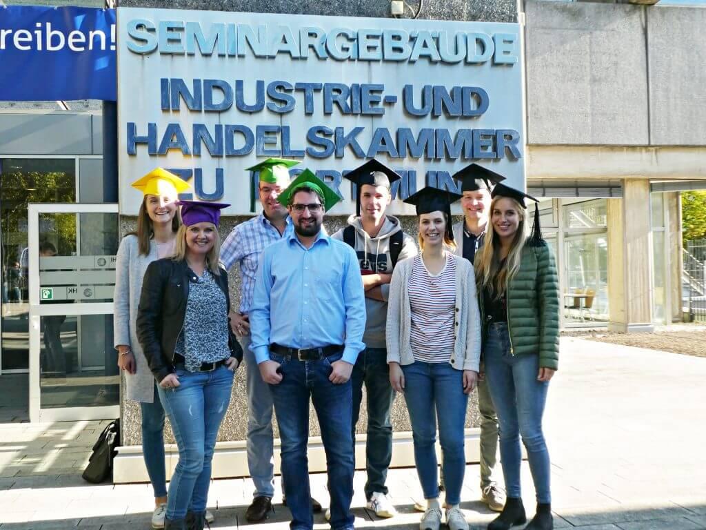 Gruppenfoto der Absolvent*innen von dem Online Marketing Manager Advanced IHK Dortmund Teilzeitkurs