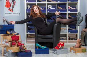 Social Media Manager Sarah Brabender in ihrem Schuhgeschäft