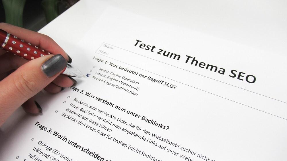 Digitale Tests zum Thema SEO: Papier Test mit Multiple Choice Fragen