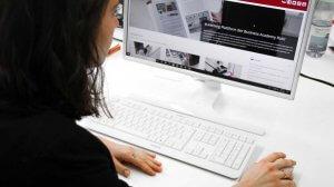 eine Mitarbeiterin interessiert sich für die betriebliche Weiterbildung und sieht sich am Cmomputer die Online Angebote an