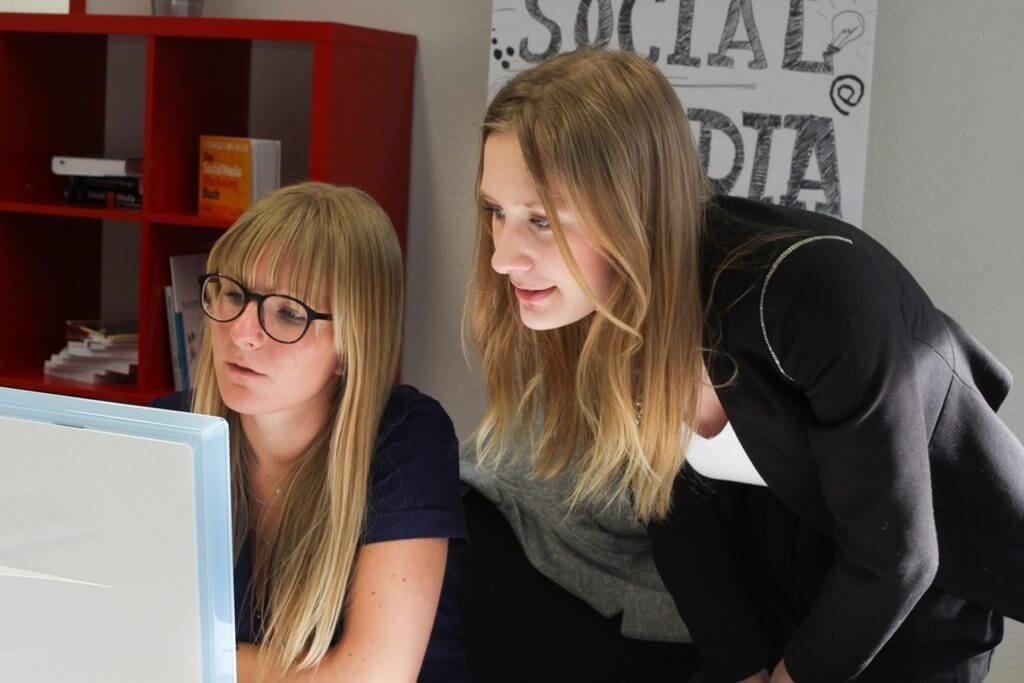 In Inhouse Schulungen werden Mitarbeiter individuell auf die Arbeit in der digitalen Branche vorbereitet