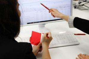 Das Bild zur Digitalisierung in Unternehmen zeigt zwei Mitarbeiter vor einem Computerbildschrim, die sich eine Auswertung ansehen