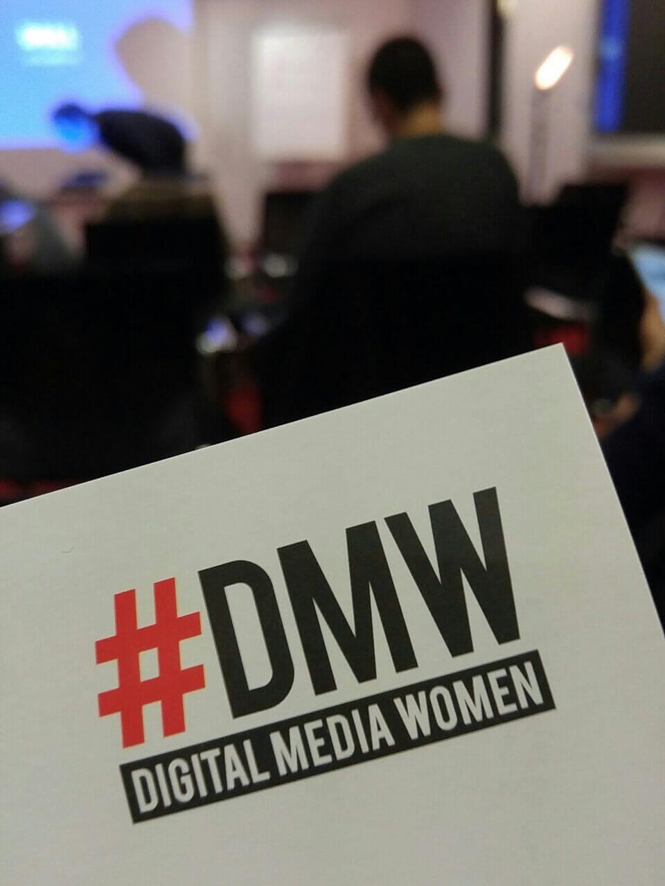 Auf der Veranstaltung Kommunizieren mit KI wird Flyer der Digital Media Women gezeigt