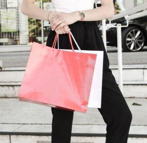 Frau hält Einkaufstasche in den Händen