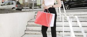 Das Bild zeigt eine Person mit zahlreichen Einkaufstüten. Fit im Onlinehandel durch den eCommerce Manager IHK Mittleres Ruhrgebiet Onlinekurs