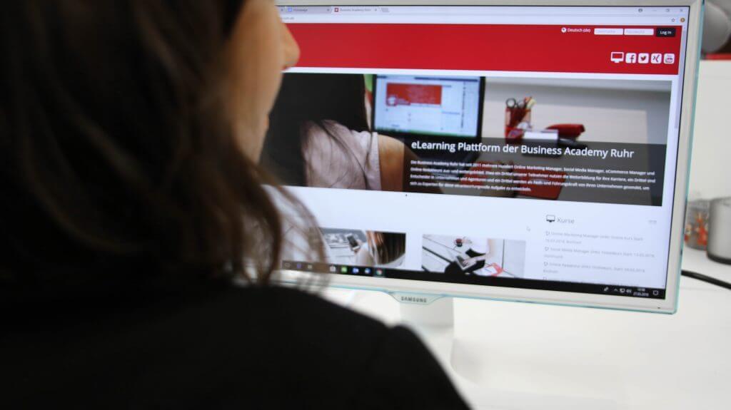 Mitarbeiterin wendet digitale Bildung auf unserer Lernplattform Moodle an
