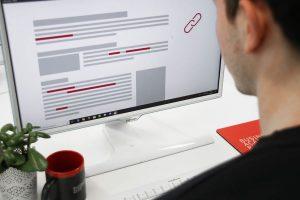 Das Bild zu unserem eLearning Realtitätsscheck zeigt einen Teilnehmer eines Onlinekurses vor dem Computerbildschirm