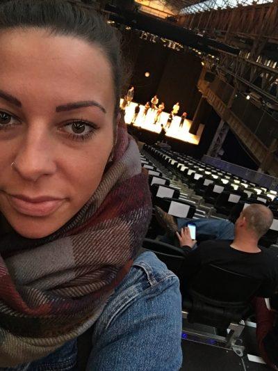 Katharina vor eine Bühne mit Tänzern