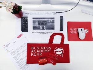Das Bild zeigt einen Schreibtisch beim ersten Tag im Social Media Praktikum