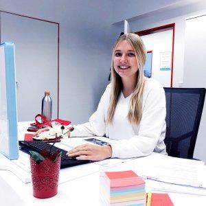 Das Bild zeigt die neue Praktikantin Anna bei ihrem Social Media Praktikum
