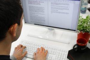 Mit Social Recruiting dem Fachkräftemangel entgegen wirken. Das Bild zeigt einen jungen Mann bei der Jobsuche im Internet.
