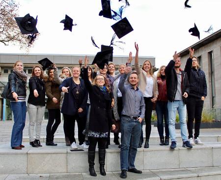 Vorteile der Weiterbildung: Alumni werfen ihre Doktorhüte in die Luft