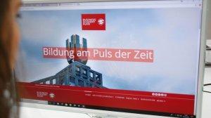 Die Startseite eines Anbieters für Mitarbeiter Weiterbildung auf einem PC Monitor. Der Einstieg zum Onlinekurs.