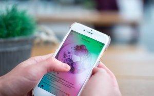 Zwei Hände bedienen ein Smartphone, auf dem Instagram zu sehen ist. Die Person übt sich an der Nutzung von Instagram für Unternehmen.