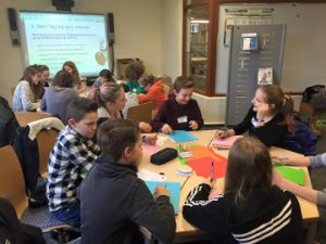 Die Schüler entwickeln in Teamarbeit eine Fotogeschichte zum 4. Schritt.