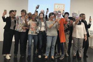 Das Bild zeigt 13 Rentner aus der Workshopreihe Lernen im Alter der Organisation ID55. Sie erstellen Selfies mit ihrem Smartphone.