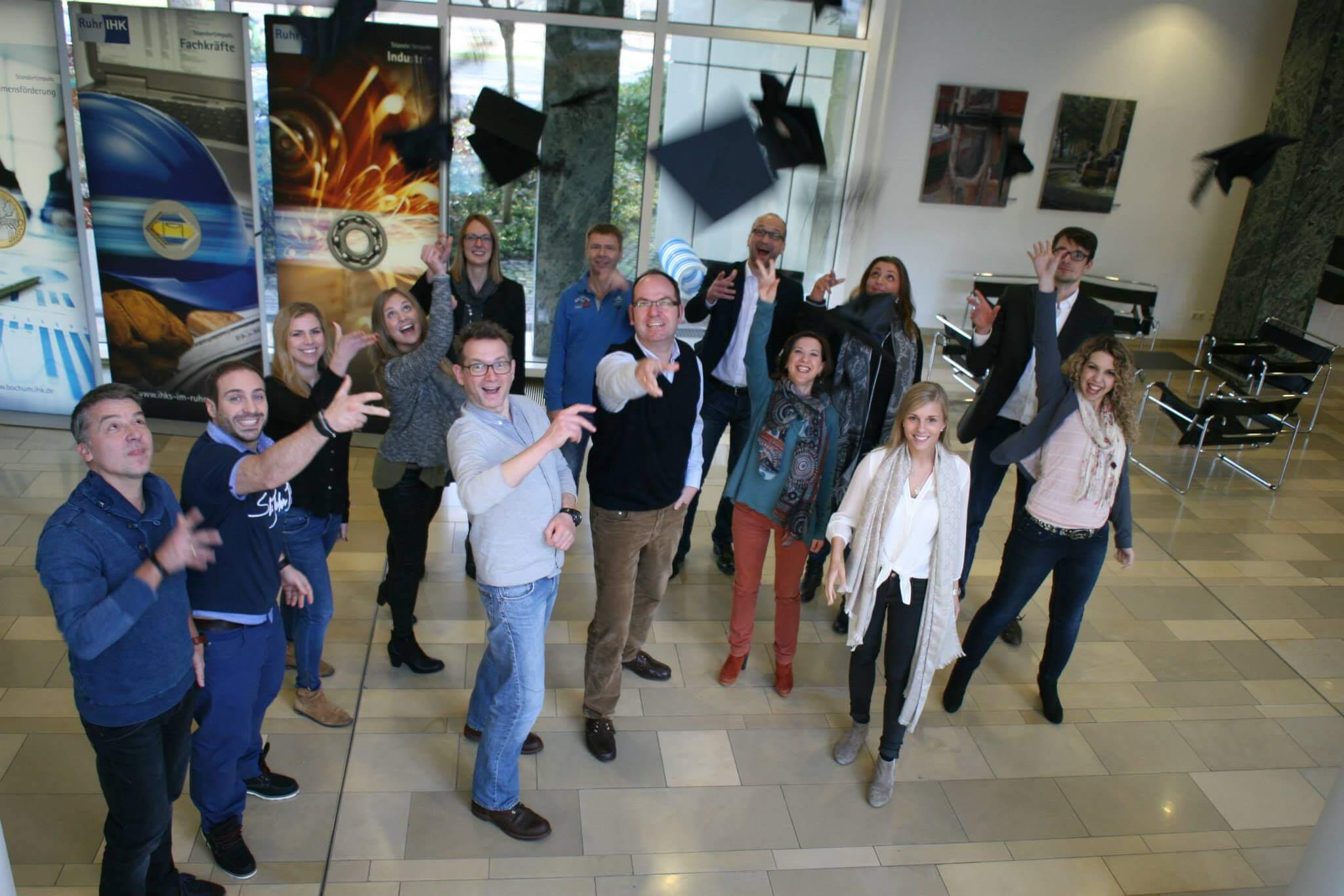 Stolze Teilnehmer unseres Kurses zum Online Marketing Manager