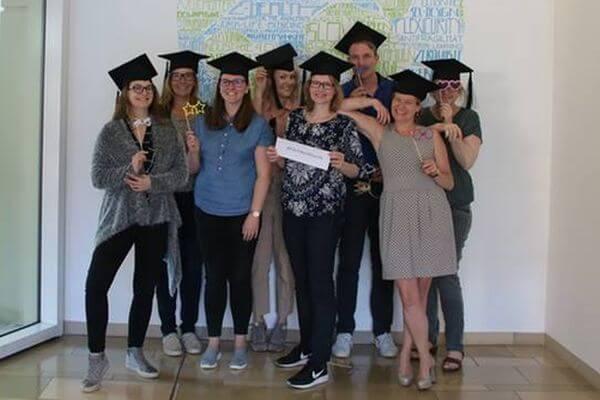 Die Absolventen des Social Media Manager IHK Mittleres Ruhrgebiet Onlinekurs strahlen glücklich in die Kamera