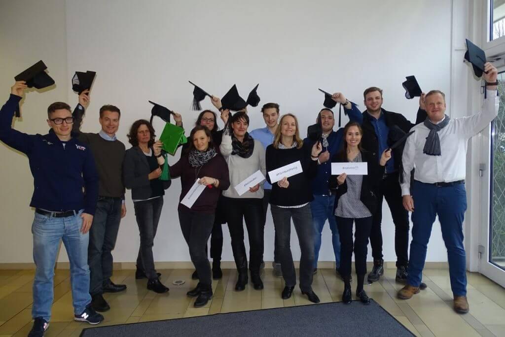 Das Bild zeigt die Abschlussklasse des Online Marketing Manager IHK Mittleres Ruhrgebiet Onlinekurs mit 12 Personen