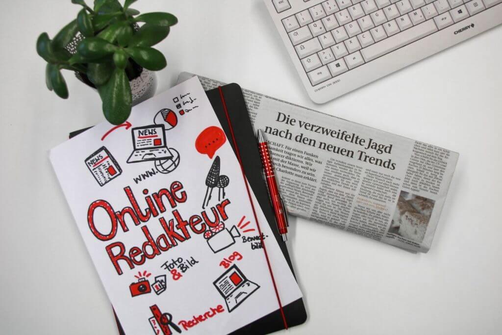 Das bild zeigt für den Online Redakteur IHK Mittleres Ruhrgebiet Onlinekurs eine Tastatur, eine Zeitung und ein Notizblatt zum Content Management