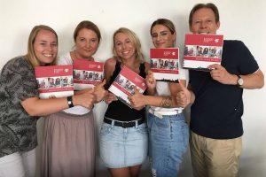 POTTential - Grüne Werbung fürs Revier: Nadine Tütell und das Business Academy Team präsentieren stolz die Unternehmensbroschüre