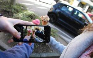 Zwei Frauen fotografieren ihr Eis, um es auf Instagram hochzuladen. Die Nutzung von Instagram für Unternehmen hat viel Potenzial.