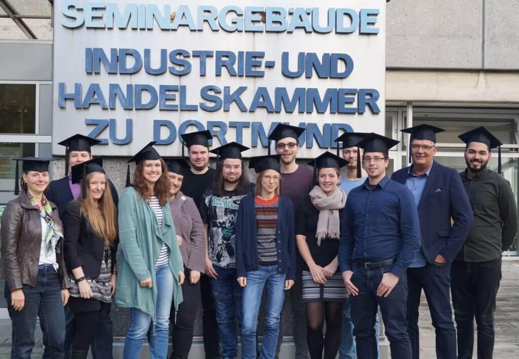 Auf dem Bild sind 14 der 15 Absolventen des Social Media Manager IHK Dortmund Vollzeitkurs zu sehen.